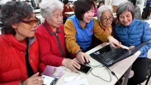 Khóa học hướng dẫn người già sử dụng smartphone (điện thoại thông minh) xuất hiện tại Trung Quốc
