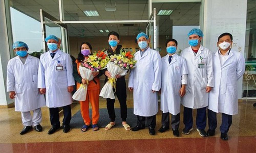 Niềm vui của bệnh nhân khi ra viện cũng là niềm vui của các bác sĩ trong những ngày căng thẳng dịch bệnh