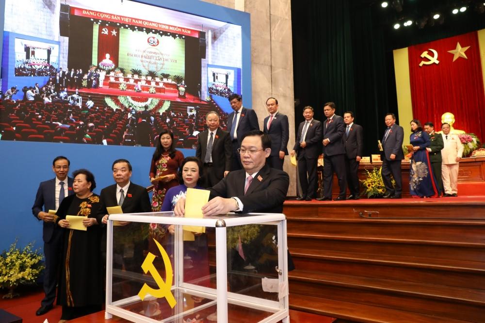 Các đại biểu dự Đại hội đại biểu Đảng bộ thành phố Hà Nội bỏ phiếu.