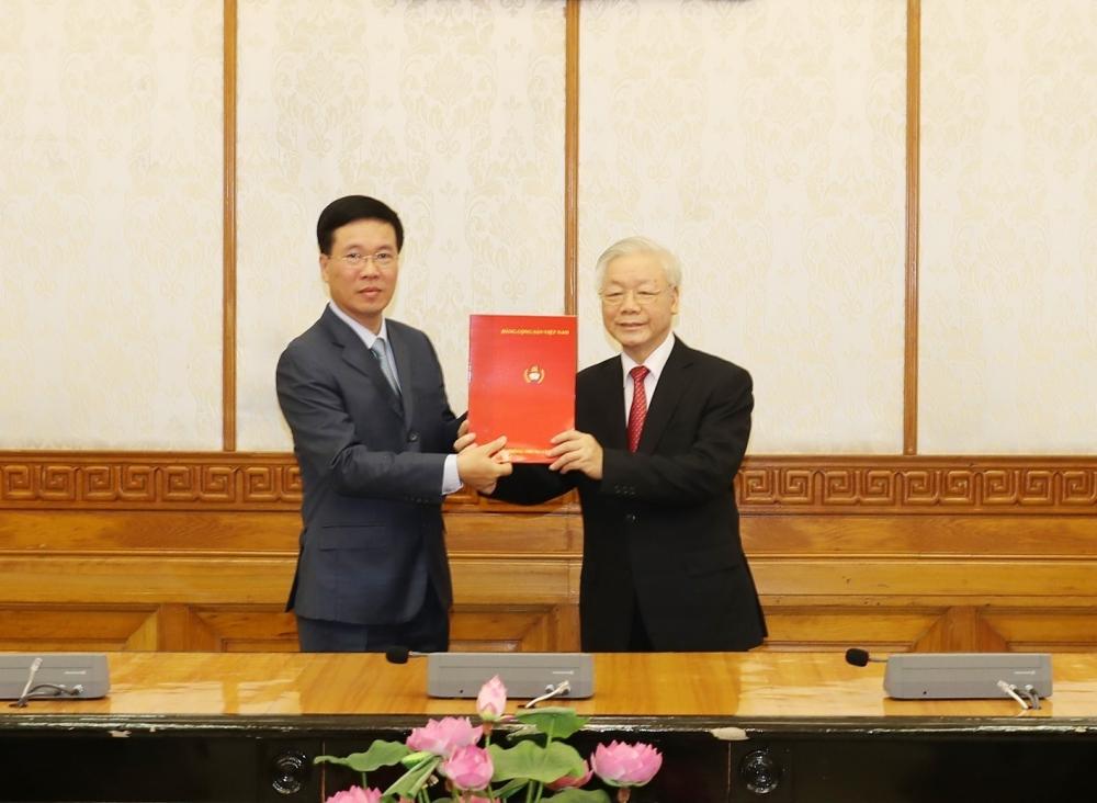 Tổng Bí thư, Chủ tịch nước Nguyễn Phú Trọng trao Quyết định của Bộ Chính trị cho tân Thường trực Ban Bí thư Võ Văn Thưởng